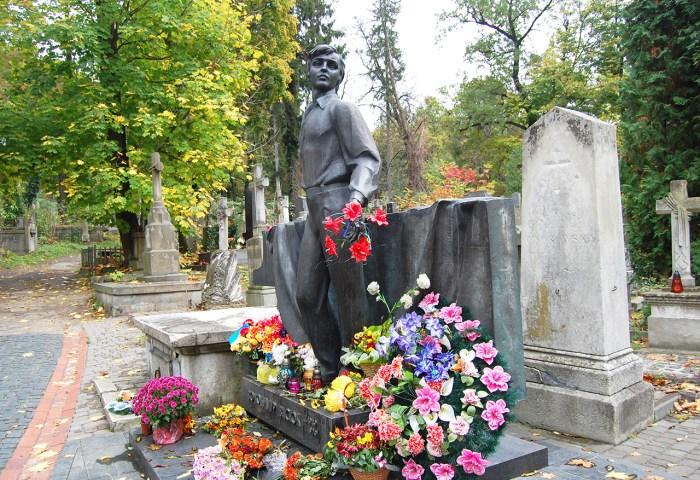 Могила Володимира Івасюка на Личаківському кладовищі
