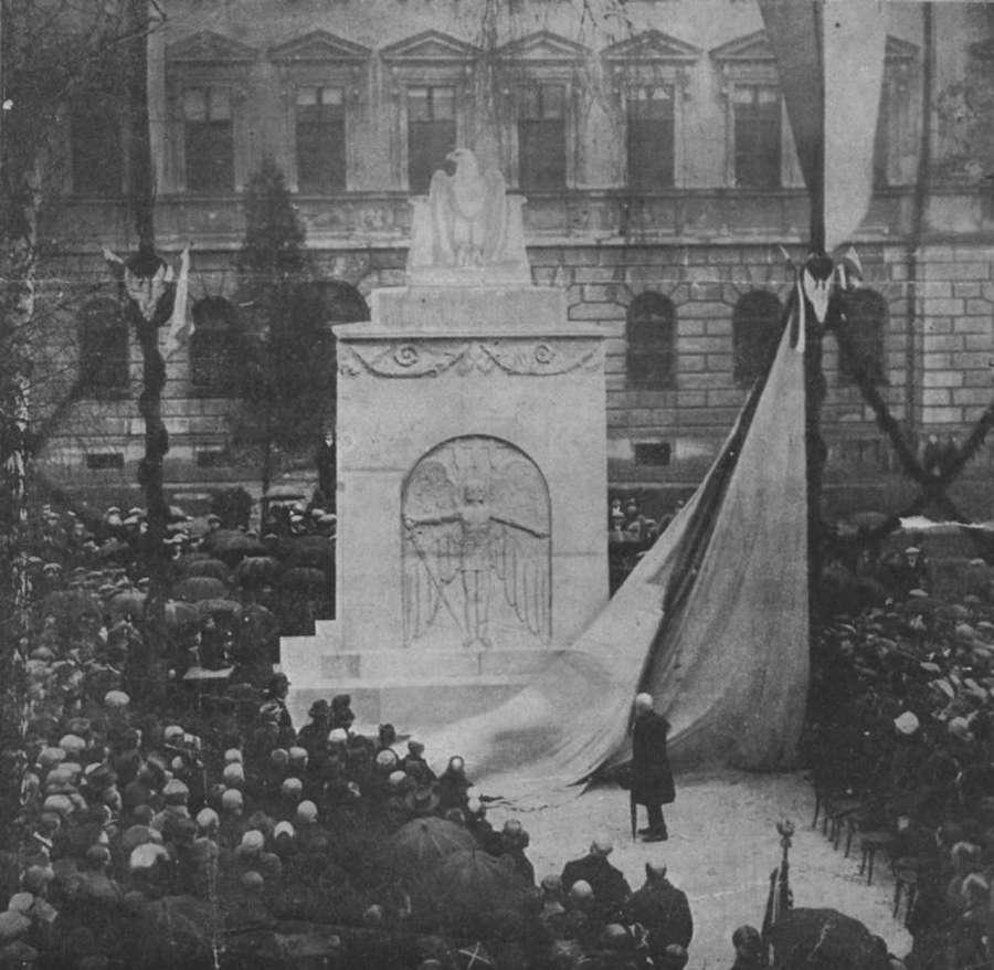 Пам'ятник Орлятам в дворі Львівської Політехніки. Фото 1920-х рр.