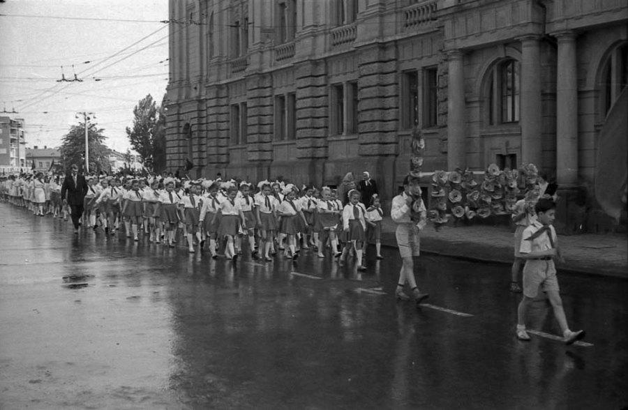 Піонери біля оперного театру у Львові, 1964 рік