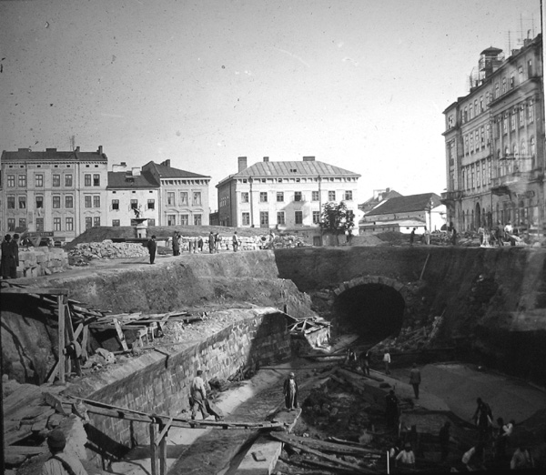 Роботи з будівництва тонелю Полтви на сучасній пл. Міцкевича © NAC
