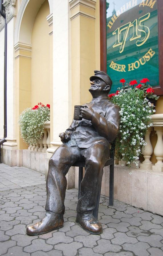 """Швейк біля """"Віденської кав'ярні"""""""