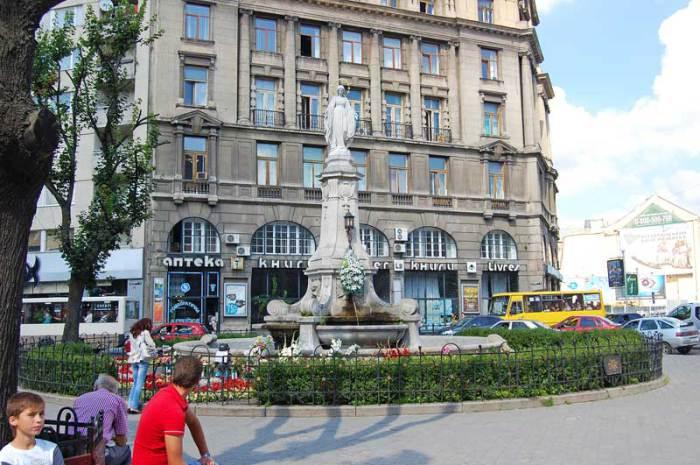 Статуя Матері Божої в центрі міста Львова