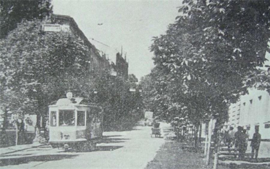 Трамвай №12 їде вниз по вул. Кривоноса. Ліворуч від вагона–вул. Насипна (яка зараз закінчується сходами на Замок і телецентром)