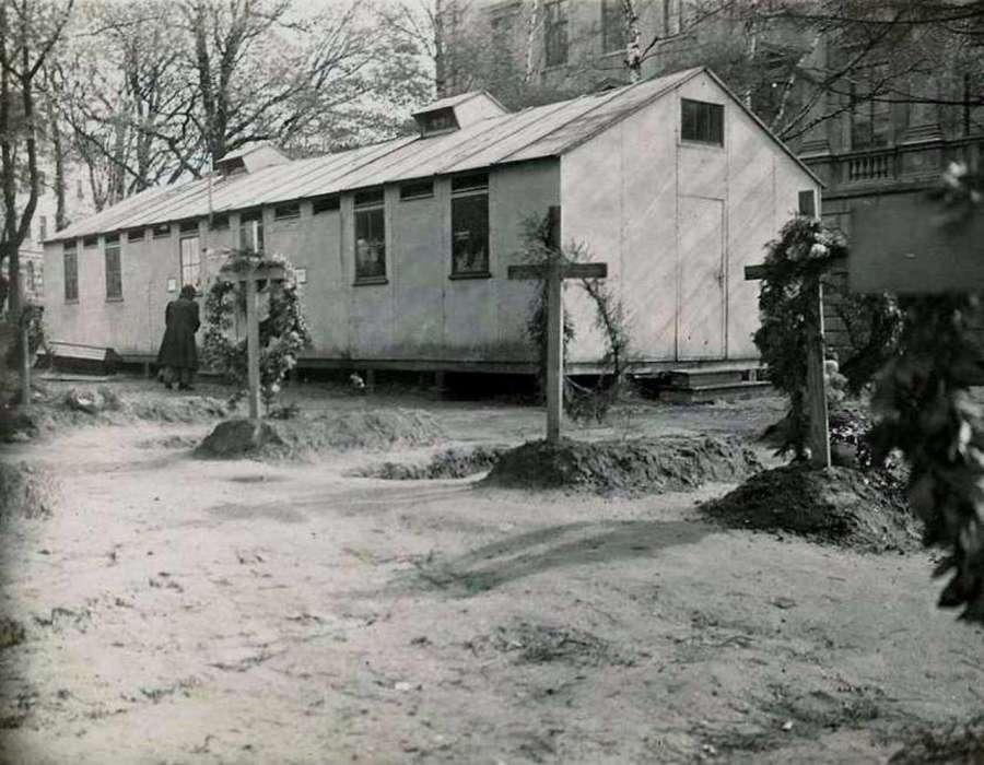 Цвинтар та капличка в подвір'ї Політехніки. Фото 1918-1922 рр.