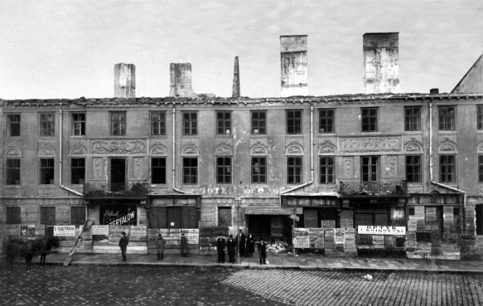 """Стара будівля готелю """"Жорж"""" у Львові в 1899 році під час демонтажу"""