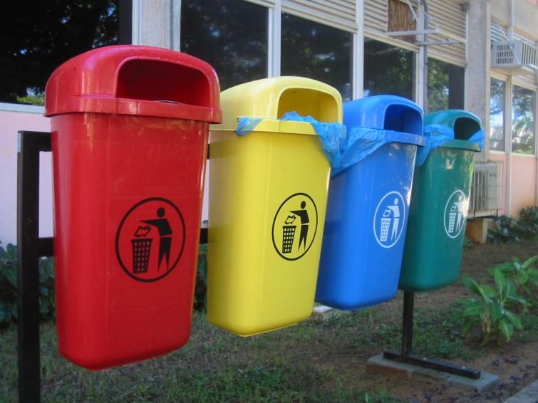 Cвященик села Більшівці навернув селян сортувати сміття. Фото portal.lviv.ua