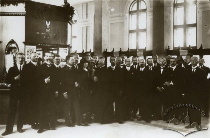 Колектив працівників Головної пошти у реконструйованому головному операційному залі, 19