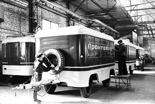 Львів 1949 рік . ЛАЗ (Львівський автобусний завод). Одна з перших моделей причепів,що виробляв завод.