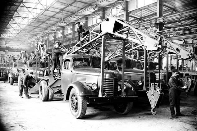 Львів 1950-ті роки. ЛАЗ (Львівський автобусний завод). Автокрани ,що виробляв завод.