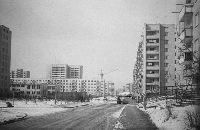 """На двох фото можна побачити будівельні крани – зводять універмаг """"Львів"""". Фотографії зроблені у 1977 році, універмаг запрацював в середині 80-х років."""