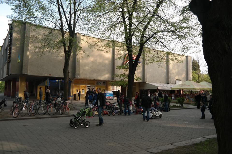 Перший широкоформатний кінотеатр