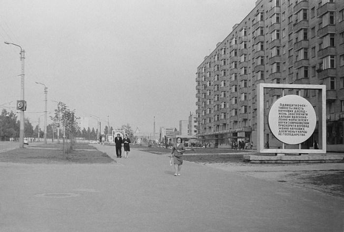 Попереду видніється ЛАЗ на вулиці Стрийській. У будинку № 35а був магазин одягу, а поруч кулінарія з невеликим кафе. У будинку № 35 були продуктовий та овочевий магазини.