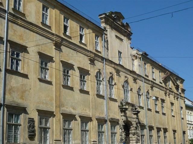 Приміщення першої будівлі університету не збереглося. Будинок був на місці сучасного приміщення СШ № 62 на вул. Театральній.