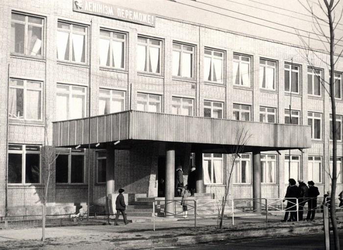 Школа № 48 на вулиці Рубчака (тоді А. Суркова). У ній вчився актор Леонід Ярмольник.