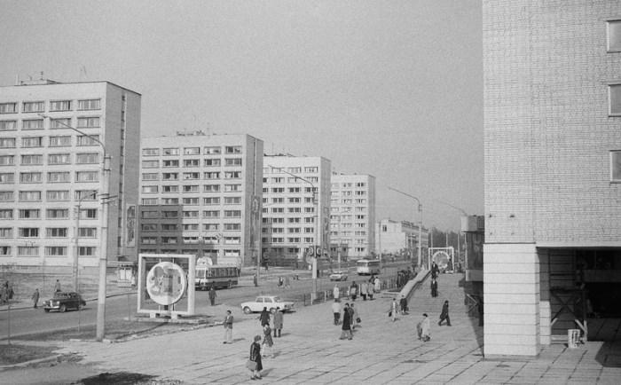 Справа – колони будинку № 65 на вулиці Боженка (тепер Княгині Ольги), за колонами знаходиться книгарня.