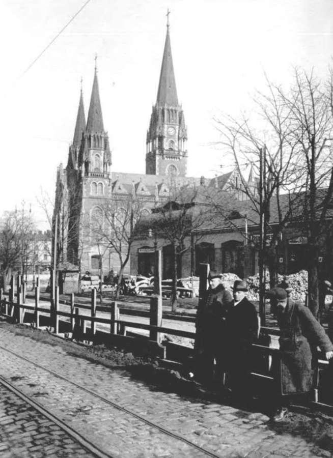 вул. Сапєгі (нині – С.Бандери ) у Львові, на задноому плані – базар Грьодлів, фото 20-х років XX ст.