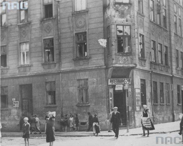 Вулиця Nenckiego (тепер – Крехівська). Видно кам'яницю №11. На куті – ресторан