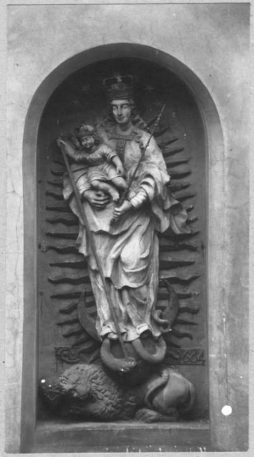 Барельєф Богородиці над входом на вірмен.цвинтар,ств.1664 р.,знятий з розібраноі Краківськоі брами 18 ст.,фото 1912 р.