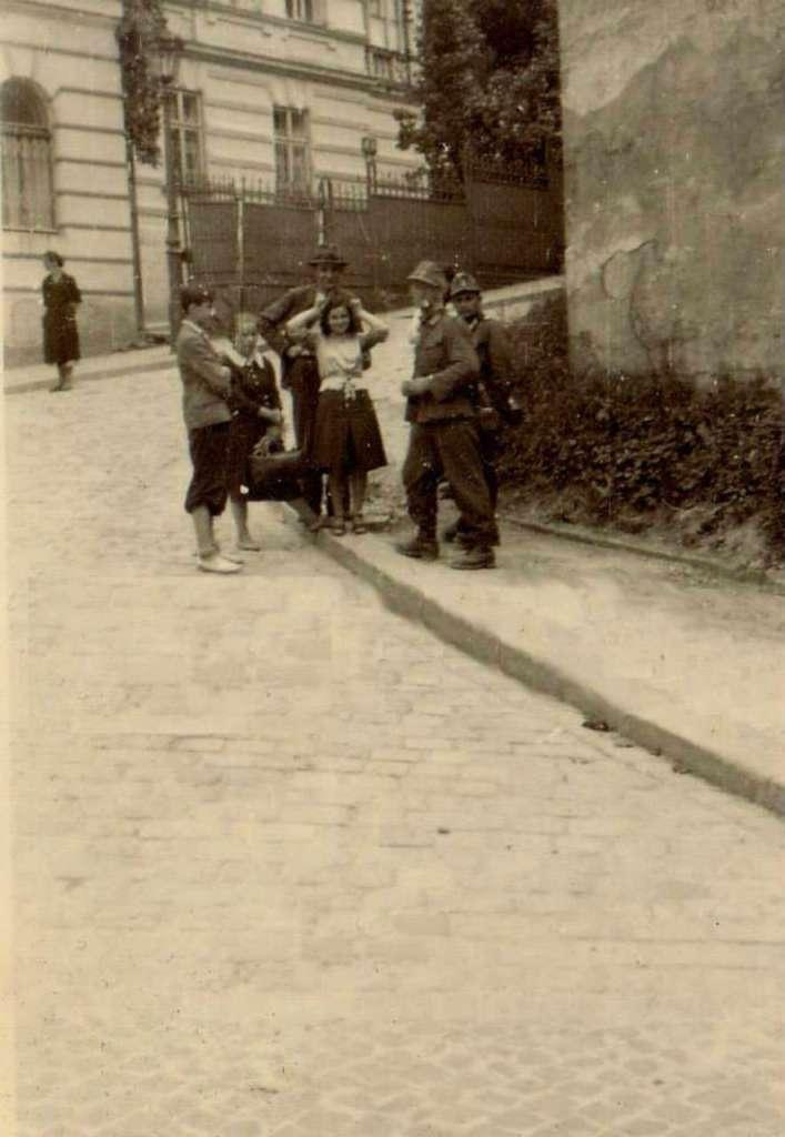 """Бійці """" Едельвейсу """" з місцевими мешканцями, нинішня вул. Чайковського, перші дні окупації"""