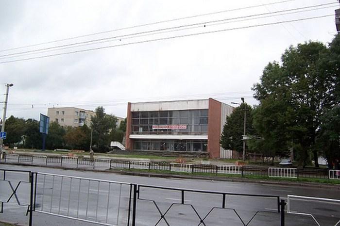 """Кінотеатр """" Галичина """" ( колишній """" Жовтень """"), фото 90 – х років"""