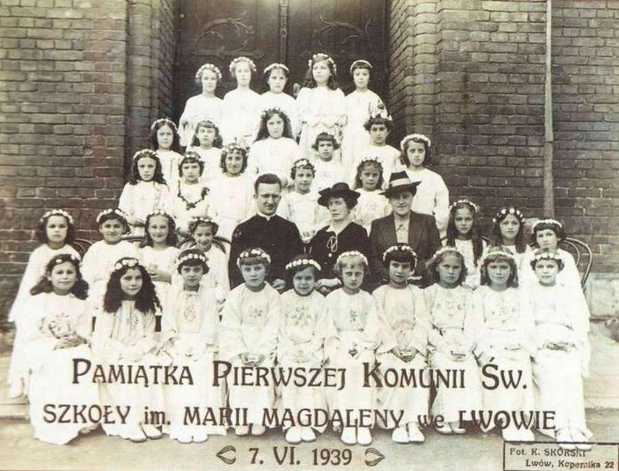 Пам'ятне фото з першого причастя вихованок школи Марії Магдалини, 1939 рік