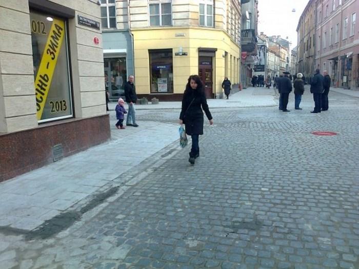 Перехрестя вулиць Краківська – Л. Українки, місце на якому стояла Краківська брама, фото 2012 року