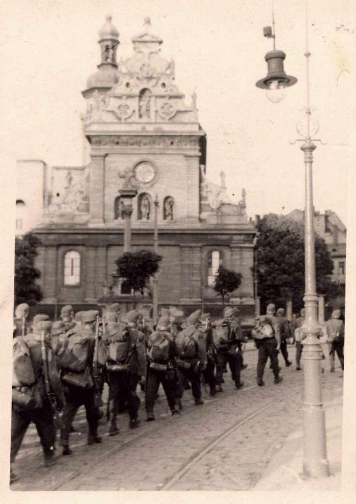 Піхотинці на марші, нин. пл. Соборна
