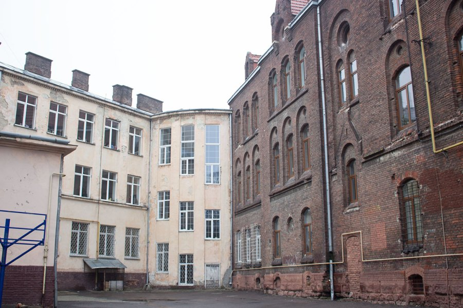 Школи – сусіди, № 10 і № 3, фото 2015 року