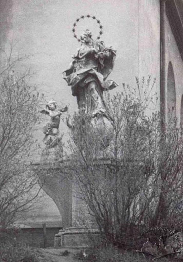 Скульптура Богородиці, до 60 – х рр. XX ст. прикрашала вхід до костелу, фото поч. 60 – х рр.