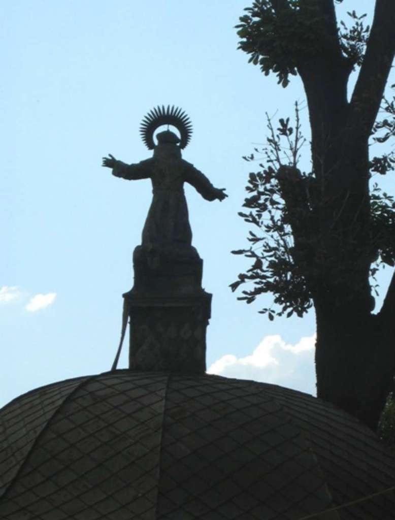 Скульптура Яна з Дуклі на бароковій ротонді над колодязем на тер. монастиря бернардинів у Львові, фото наших днів