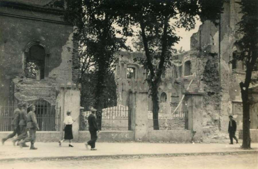 Вул. Коперника на фоні церкви Св. Духа, в яку влучила авіабомба
