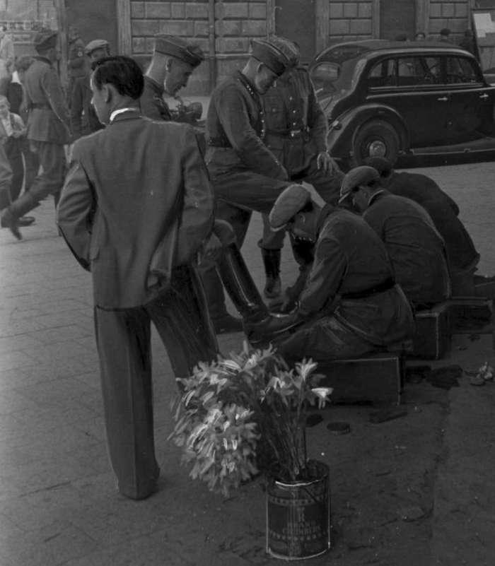 """Чистка взуття біля готелю """" Жорж """", 1941 – 1944 рр."""