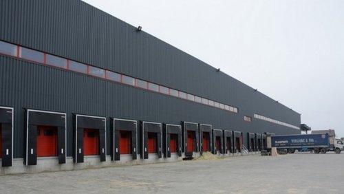 Чорні стіни заводу видно здалеку