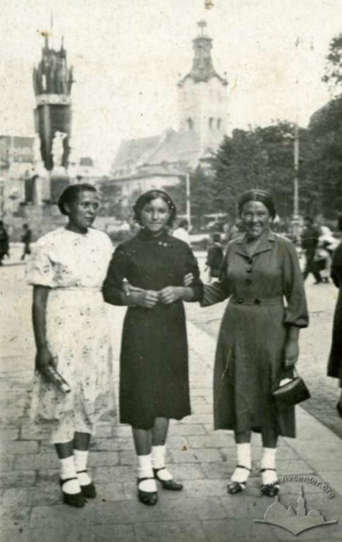 Групове фото на фоні пам'ятника з нин. вул. Гнатюка, 1940 рік