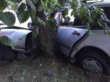 У жахливій ДТП на Любінській мерс зіткнувся з деревом, водія вирізали з авто МНС