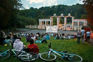 У Парку культури стартували кінопокази просто неба. Відео