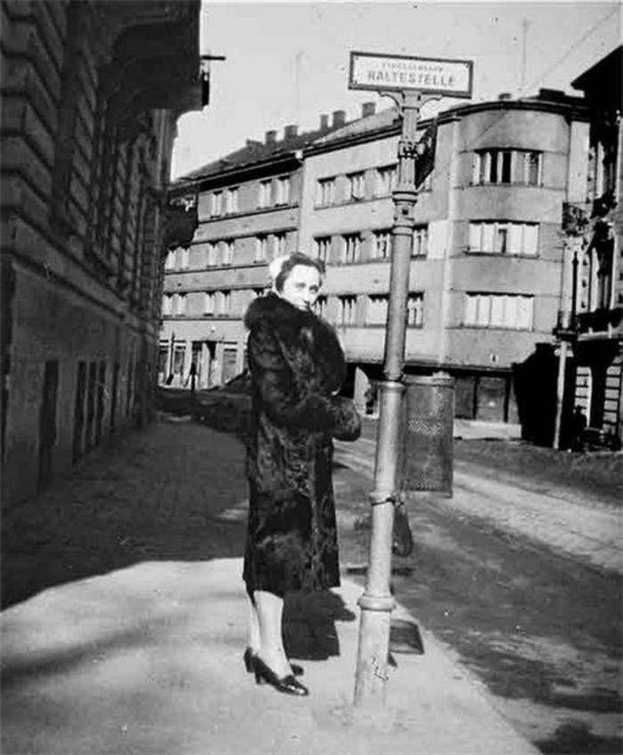 На трамвайній зупинці, перехрестя нин. вул. Чупринки та Київська, 1942 рік