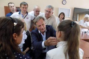Німецький лікар знову оперує українських дітей у Львові