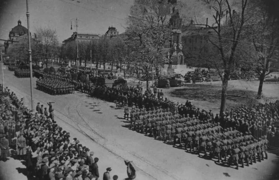 Парад 1 травня 1940 року на нин. пр. Свободи, в тлі – монумент конституції