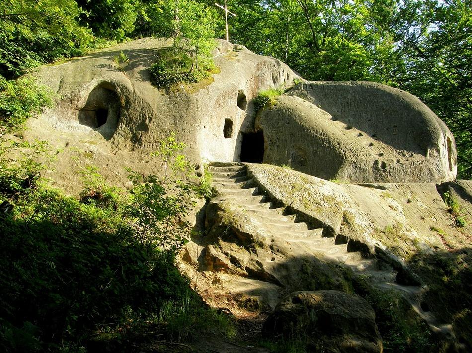 Печерний монастир біля села Розгірче. Фото: uk.wikipedia.org