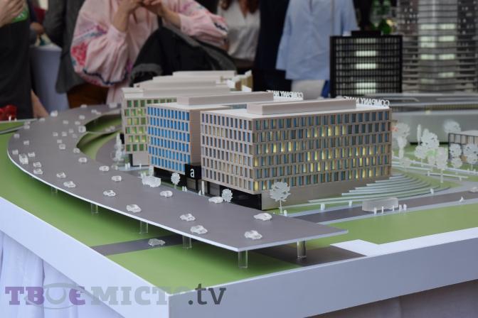 Першу чергу будівництва планують завершити за 2,5 — 3 роки. Парк розташується в районі вулиць Чмоли, Стрийської і Козельницької.