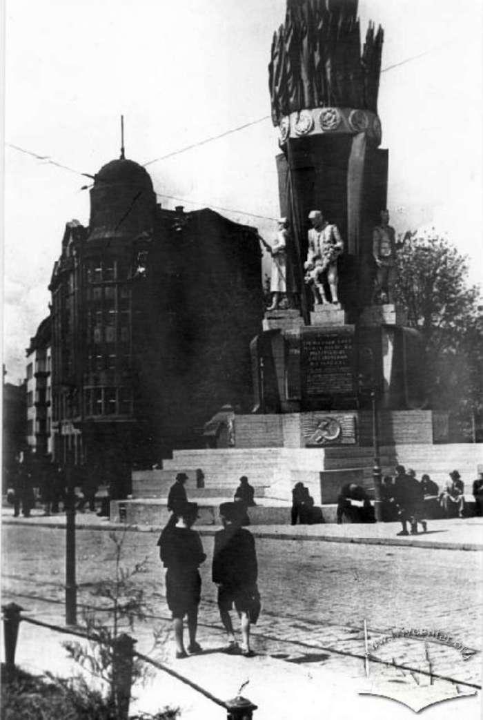 Радянський монумент на нин. пр – ті Свободи. Фото 1941 року