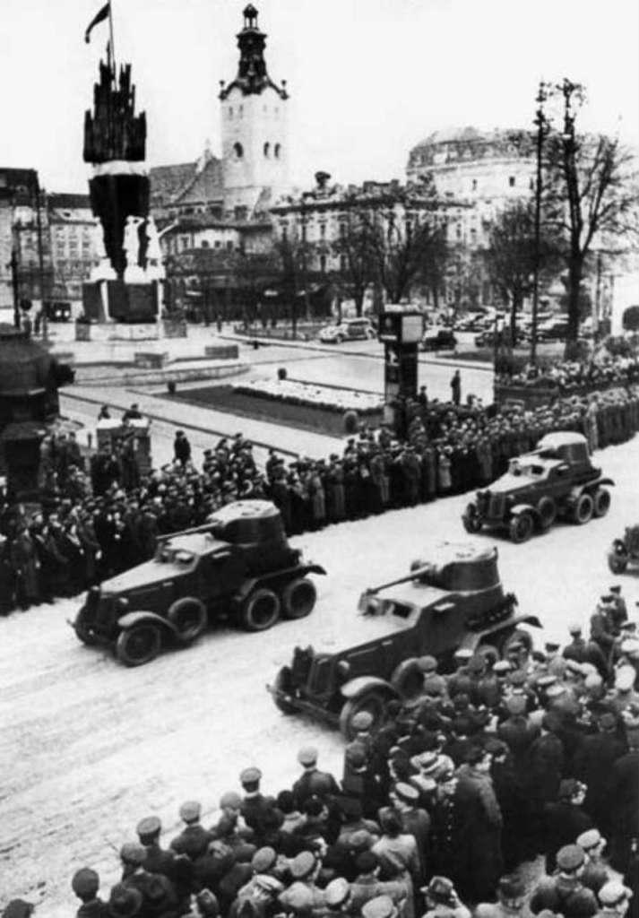 Радянський парад на фоні монументу, 1939 рік