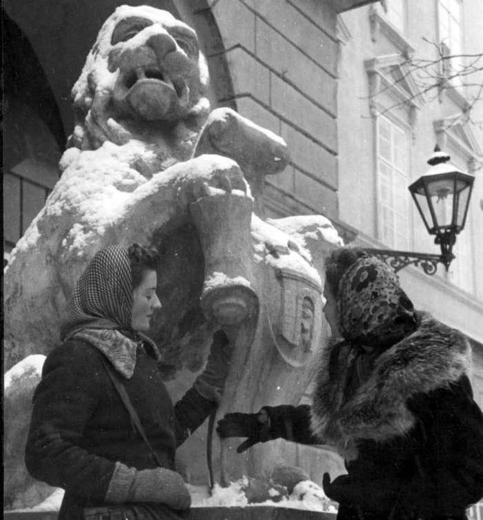 Сцена під ратушею, 1942 рік