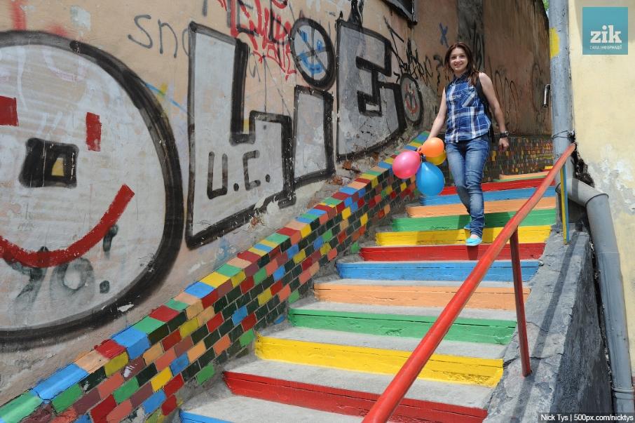 Ул.  Лычаковское, цветные лестницы.  Фото: Николая Тиса / 500px.com