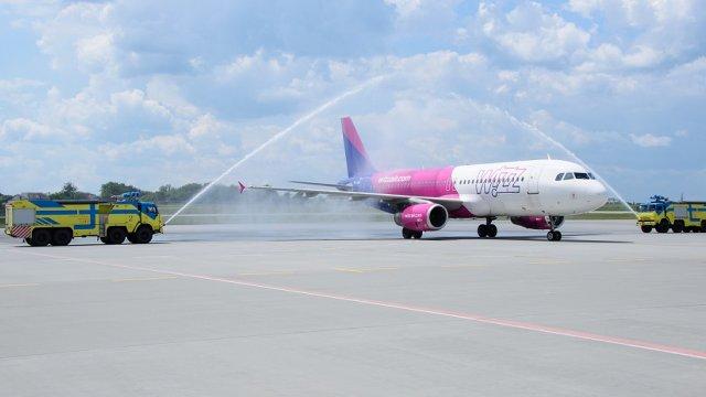 За традицією перший рейс нового маршруту у львівському аеропорту завжди зустрічають водяною аркою