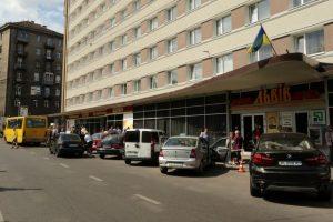 Зупинка розбрату. Готель через суд скасував зупинку громадського транспорту в центрі Львова
