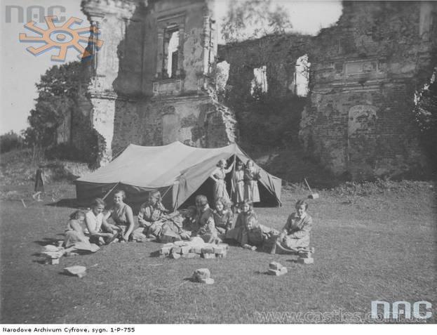 Руїни замку в Ляшках Мурованих в 1933 р. Перед замком – намети краєзнавчого самбірського жіночого табору. Були й такі.