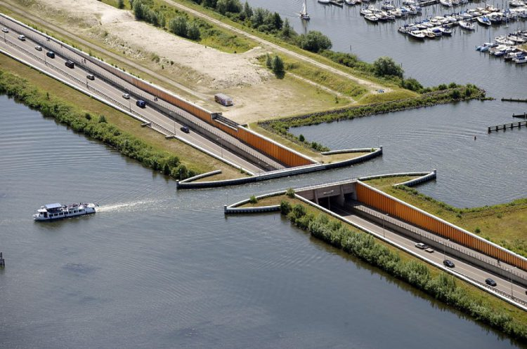 У Голландії побудували водний міст, який ламає всі закони фізики