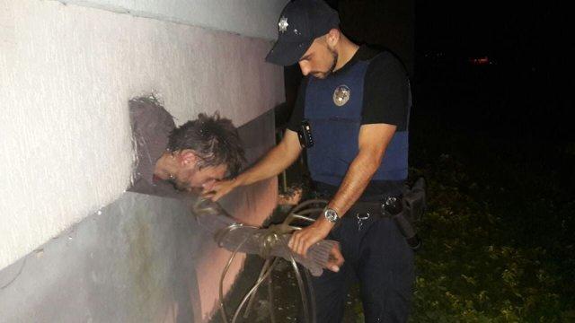 У Львові злодій при втечі застряг у вентиляції
